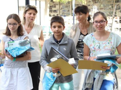 Cérémonie de remise des prix du Big Challenge avec nos trois meilleurs élèves Lucie PORTALEZ 1ère nationale des 6èmes, Lucie BROOKER et Yannis GLEIZES. Les professeurs (Mme BOS et Mme HAUVETTE) sont très fières!