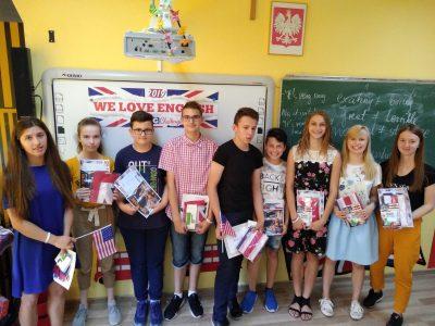 Uczniowie ze Szkoły Podstawowej w Wiśniowej wraz z nagrodami. DZIĘKUJEMY!